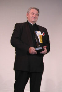 Bill Patterson, author of the two-volume biography of Robert A. Heinlein, accepts the Retro Hugo on behalf of Heinlein, in 2001.